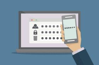 로그인 페이지가 표시된 노트북과 비밀번호가 표시된 모바일 휴대전화