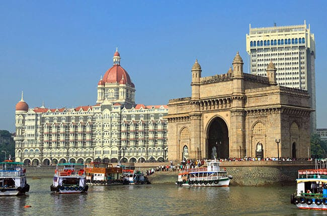 Das Taj Mahal Palace Hotel und Gateway of India in Mumbai.
