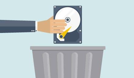 Mano sosteniendo un disco duro de VPN sobre un bote de basura.