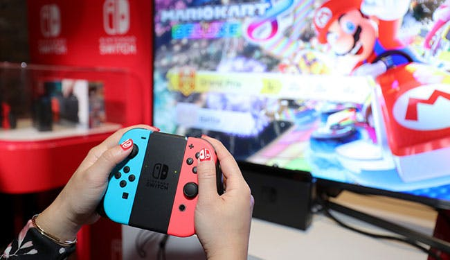 Giocando a Mario Kart su Nintendo Switch connesso alla TV.