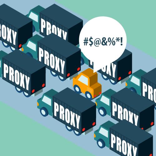 """Een bestuurder op een drukke snelweg, vloekend terwijl hij omgeven wordt door """"proxy"""" vrachtwagens."""