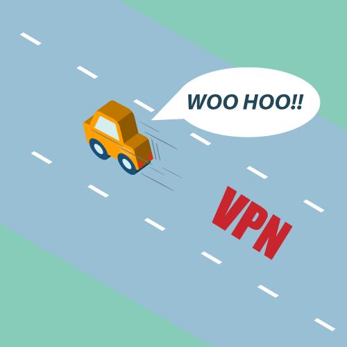 Un conductor en una carretera VPN abierta, expresando alegría