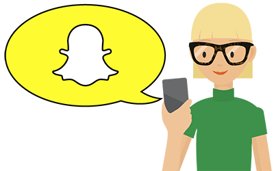 Telefonda Snapchat'e bakan kadın.