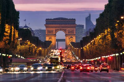 Arc de Triomphe'un gözüktüğü Champs-Elysées caddesi.